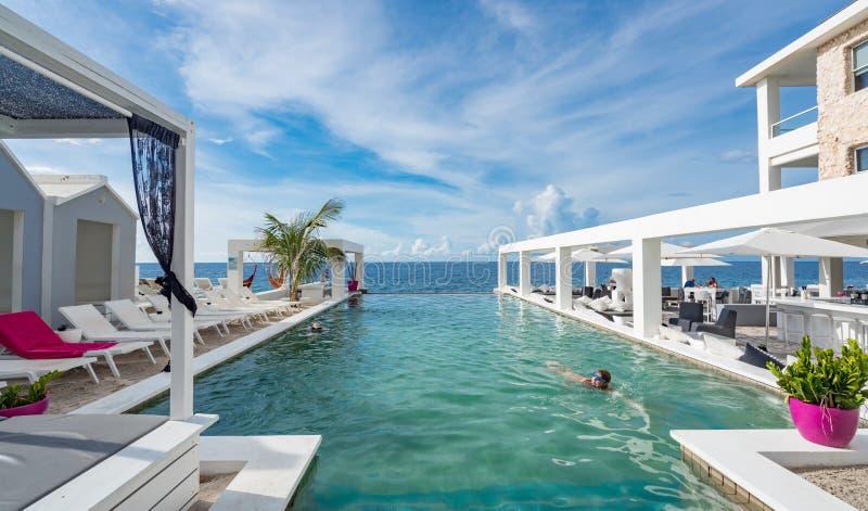 Vista de pool para o mar imagem de stock royalty free