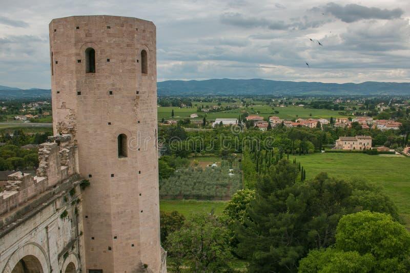 Vista de Porta Venere, porta da cidade do arco romano em Spello, Úmbria foto de stock royalty free