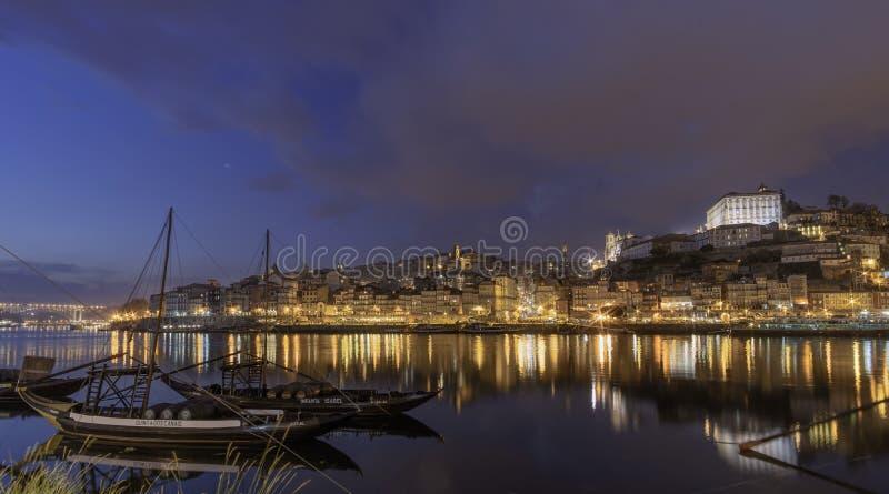 Vista de Porto com o barco clássico do rabeiro no por do sol foto de stock