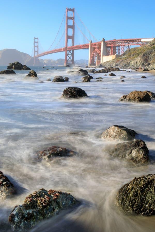 Vista de puente Golden Gate de Marshall Beach rugoso en alta marea fotos de archivo libres de regalías