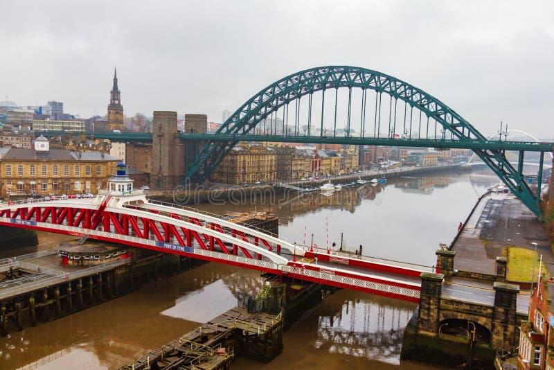 Vista de puentes sobre el río Tyne en el muelle de Newcastle en una nube fotos de archivo libres de regalías