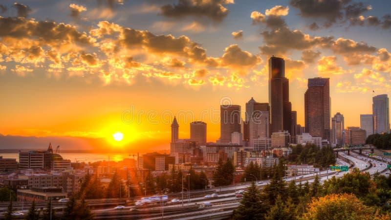 Vista de Puget Sound com céus azuis e Seattle do centro, Washington, EUA imagens de stock royalty free