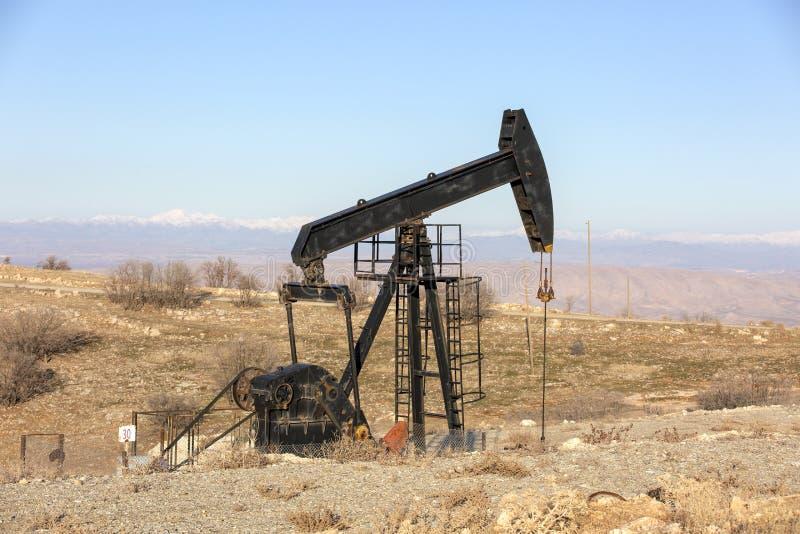 Vista de Pumpjack na ind?stria petroleira da luz do dia foto de stock