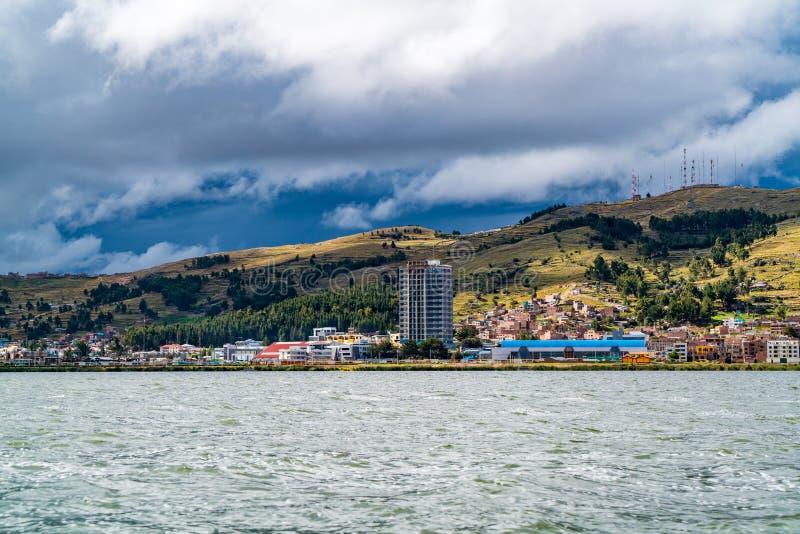 Vista de Puno e o lago Titicaca no Peru imagem de stock