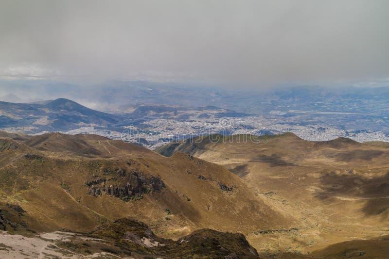 Vista de Quito del volcán de Rucu Pichincha imagen de archivo