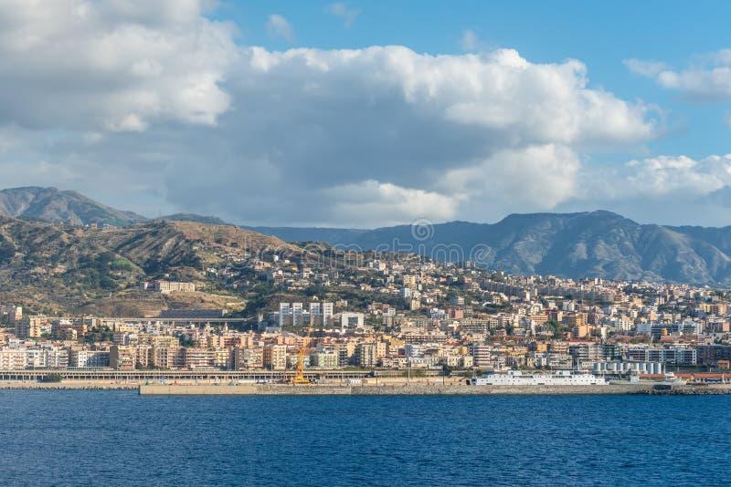 Vista de Reggio Di Calabria - Italia del sur Reggio Di Calabria está una ciudad en Calabria prendido fotos de archivo