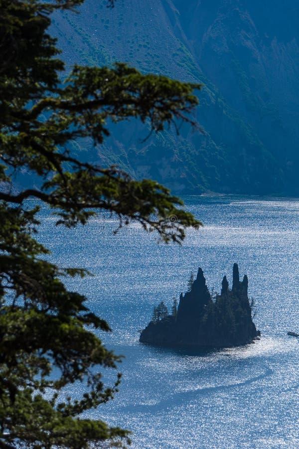 Vista de Rim Drive da formação de rocha de Phantom Ship no lago Oregon crater foto de stock
