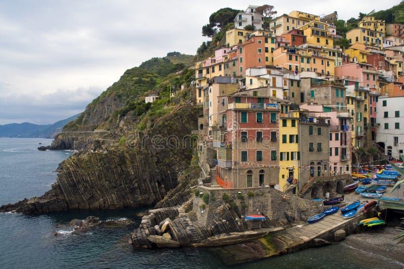 Vista de Riomaggiore, uma da casa de campo de Cinque Terre foto de stock