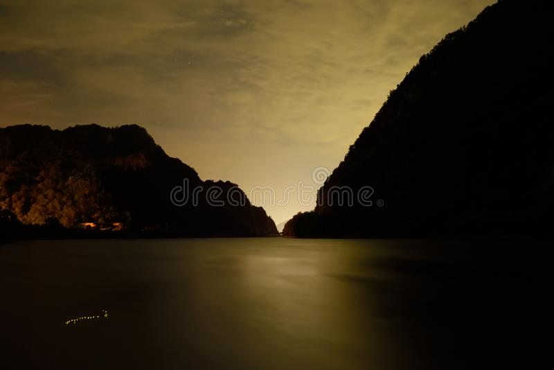 Vista de River Valley en noche foto de archivo libre de regalías
