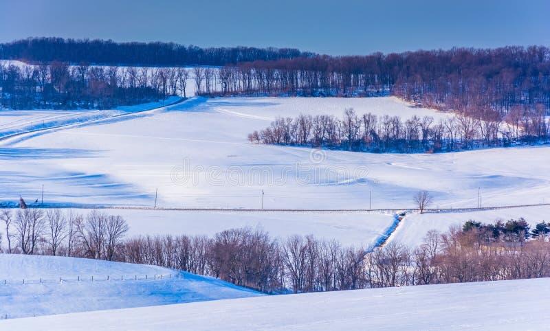 Vista de Rolling Hills coberto de neve no Condado de York rural, Pennsyl foto de stock