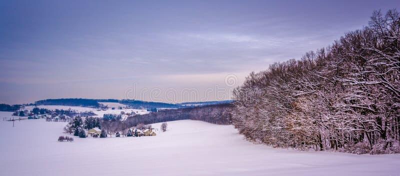 Vista de Rolling Hills nevada en el condado de York rural, Pennsyl imagen de archivo