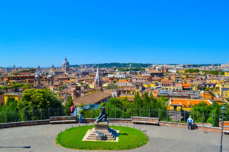 Vista de Roma, Itália, da casa de campo Borghese, com uma estátua no c imagem de stock royalty free