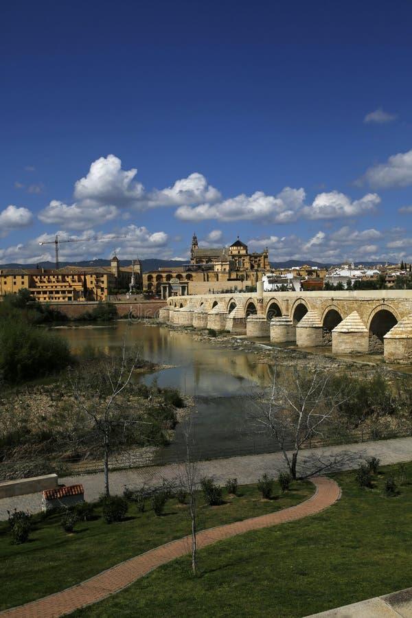 Vista de Roman Bridge y de la Mezquita-catedral en el río de Guadalquivir, Córdoba, España foto de archivo