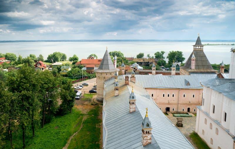 Vista de Rostov Kremlin e lago Nero imagens de stock royalty free