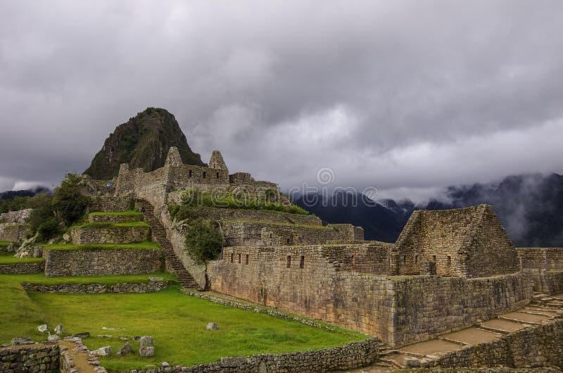 Vista de ruínas do templo em Inca City perdido de Machu Picchu Baixo clou fotografia de stock