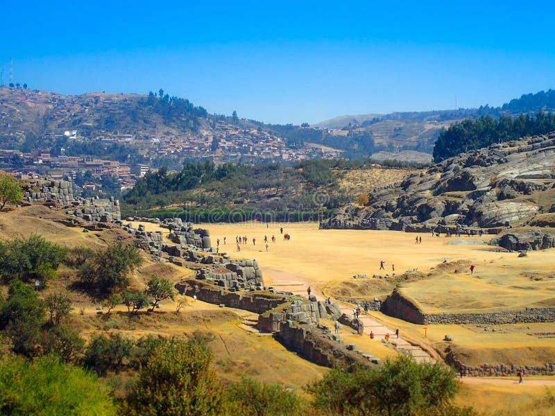 Vista de ruínas de Sacsayhuaman e de cidade de Cusco, Cusco, Peru fotografia de stock royalty free