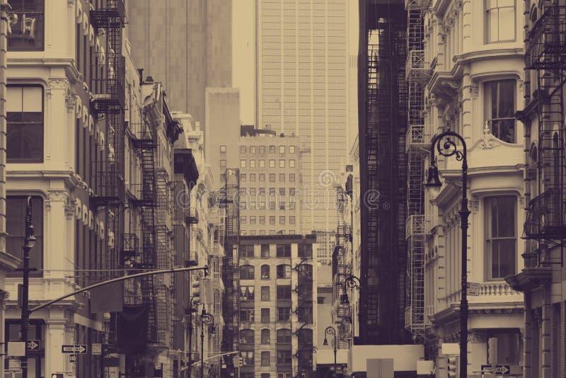 Vista de rua em Nova Iorque com antigos edifícios históricos em cor de sepia fotos de stock royalty free