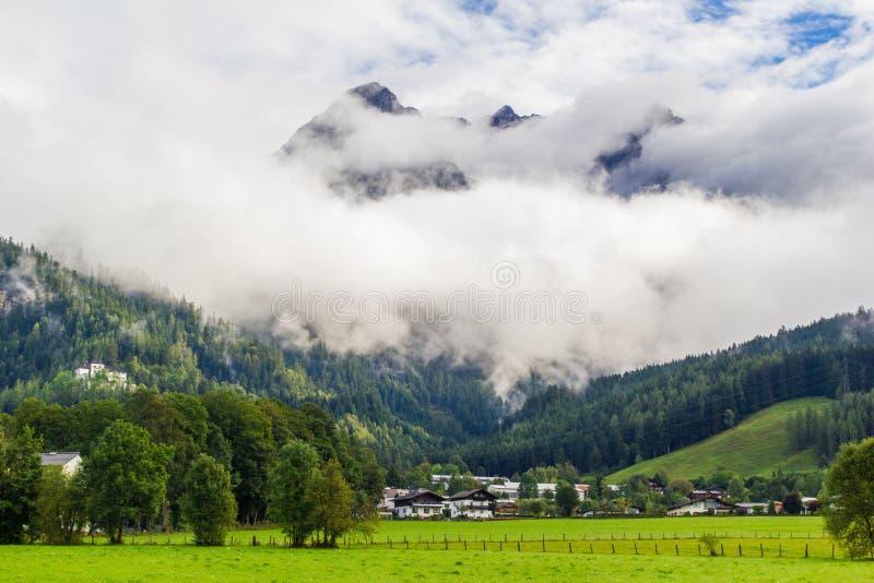 Vista de Saalfelden em Áustria no sentido de Berchtesgaden imagens de stock