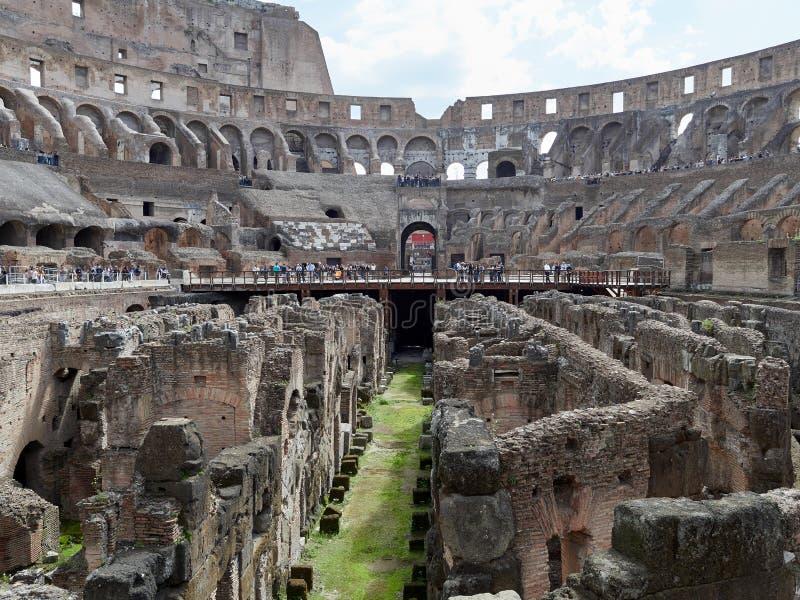 Vista de salões subterrâneos de Colosseum foto de stock