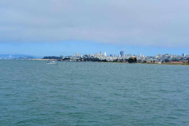 Vista de San Francisco céntrico de Marine Drive en el Presidio en San Francisco, California imagen de archivo