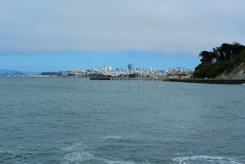 Vista de San Francisco céntrico de Marine Drive en el Presidio en San Francisco, California fotos de archivo