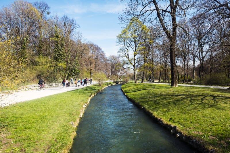 Vista de Schwabinger Bach en el Englischer Garten en Munich fotografía de archivo libre de regalías