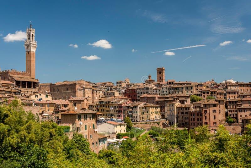 Vista de Siena del sur con la torre de Mangia imagen de archivo libre de regalías