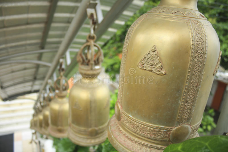 Vista de sinos dourados de uma fileira no templo budista Tailândia, Ásia imagens de stock