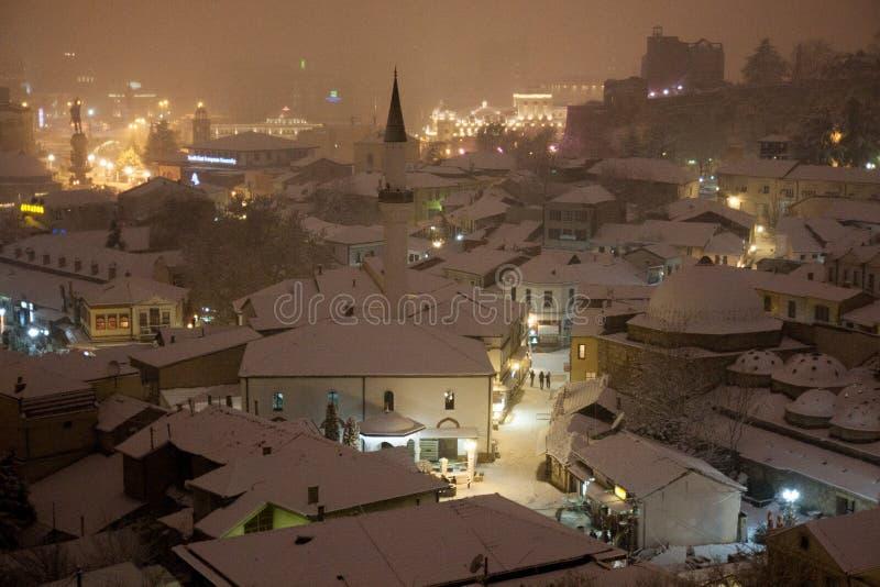 Vista de Skopje en la nieve imagenes de archivo
