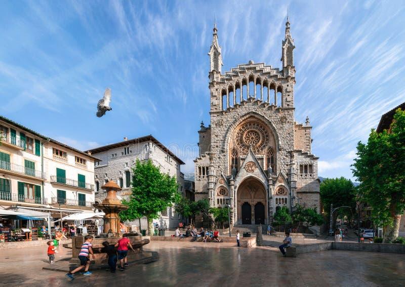 Vista de Soller con Sant Bartomeu Church, Majorca fotos de archivo libres de regalías