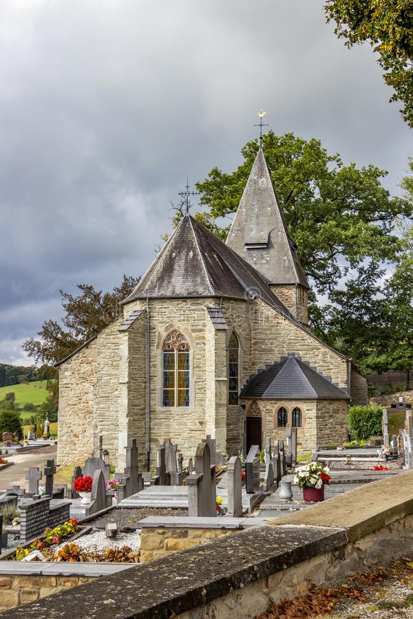 Vista de St Aubin Church em Bellevaux, Bellevaux-Ligneuville, Malmedy, Bélgica foto de stock royalty free