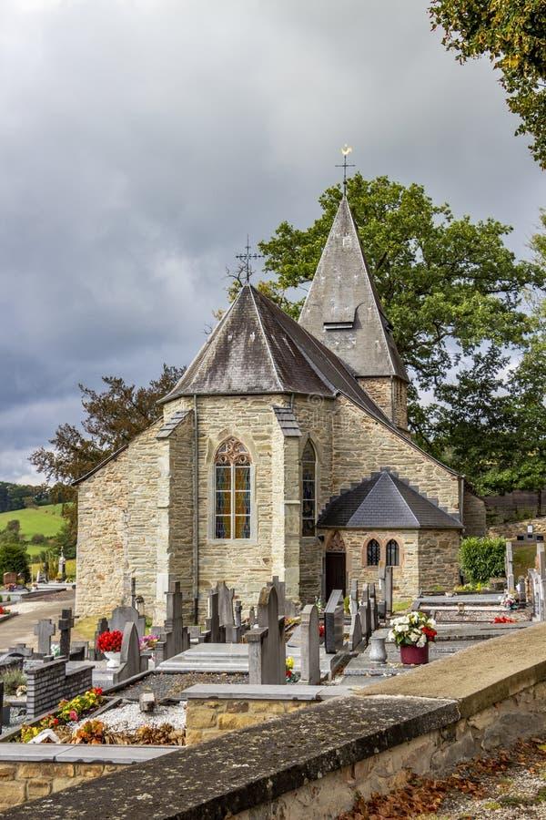 Vista de St Aubin Church en Bellevaux, Bellevaux-Ligneuville, Malmedy, Bélgica foto de archivo libre de regalías