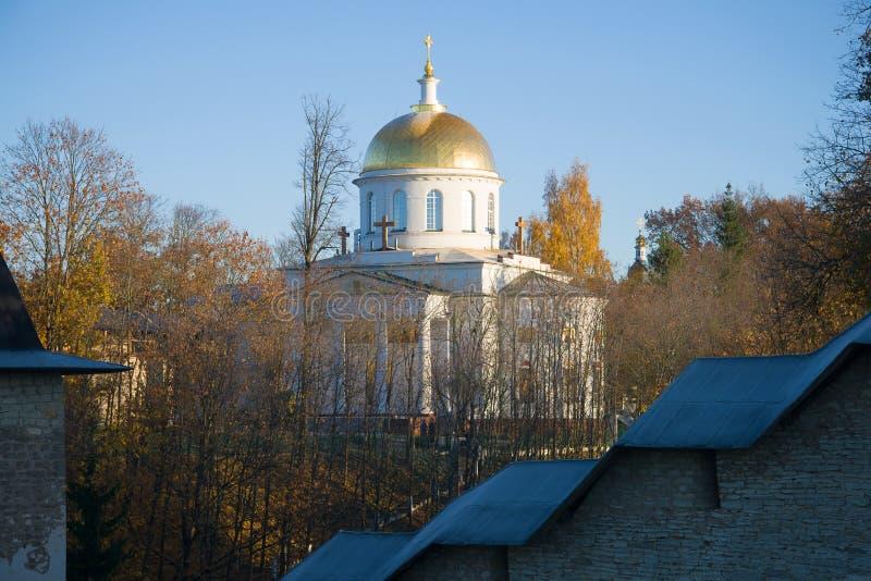 Vista de St Michael Cathedral atrás das paredes do dia santamente do monastério de Dormition Pskovo-Pechersky em outubro Pechory, fotografia de stock