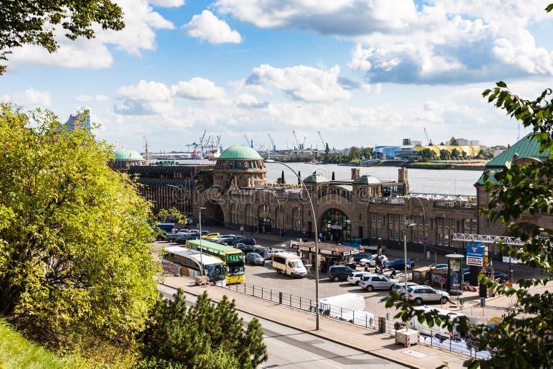 Vista de St Pauli Landing Stages en el puerto de Hamburgo imagen de archivo