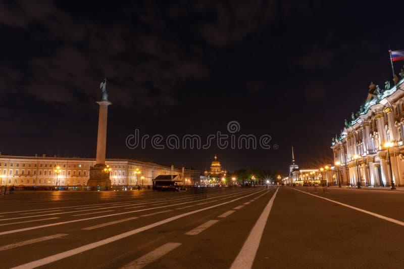 Vista de St Petersburg Alexander Column en el cuadrado del palacio foto de archivo