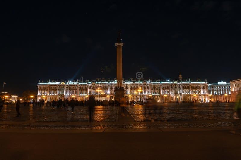 Vista de St Petersburg Alexander Column en el cuadrado del palacio imagen de archivo
