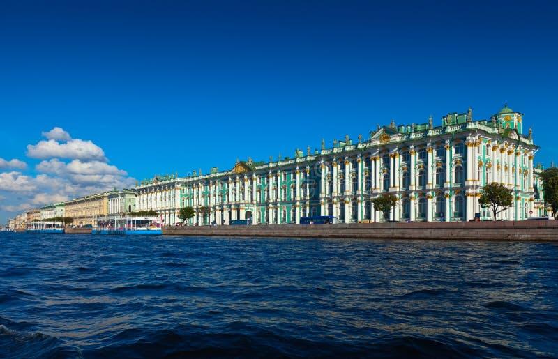Vista de St Petersburg. Palacio del invierno de Neva fotografía de archivo