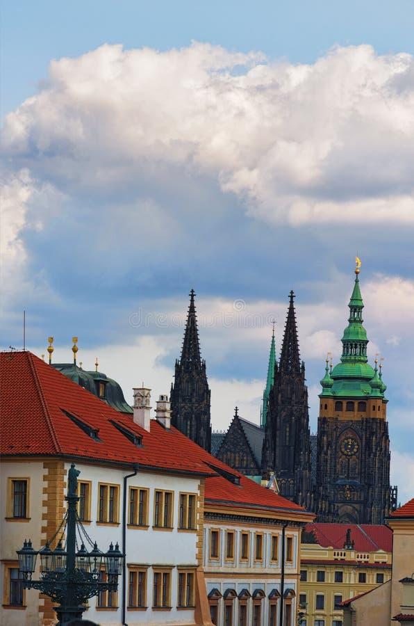 Vista de St Vitus Cathedral no castelo de Praga com as construções do vintage no primeiro plano Praga, República Checa foto de stock royalty free