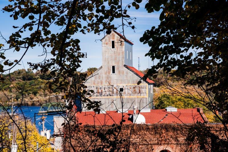 Vista de Stillwater Minnesota, de un antiguo molino, enmarcado por hojas de otoño imágenes de archivo libres de regalías