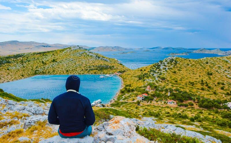 Vista de surpresa ao arquipélago de Kornati no mar Mediterrâneo na Croácia imagem de stock