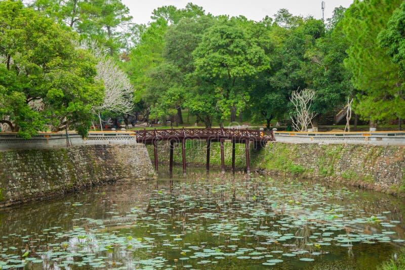Vista de surpresa do lago Luu Khiem no dia ensolarado do ver?o na Turquia Duc Royal Tomb na matiz, Vietname A matiz ? um destino  imagem de stock