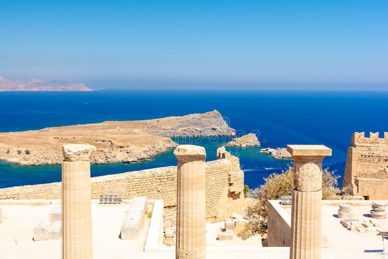 Vista de surpresa no mar Mediterrâneo da acrópole de Lindos na ilha Grécia do Rodes fotos de stock royalty free