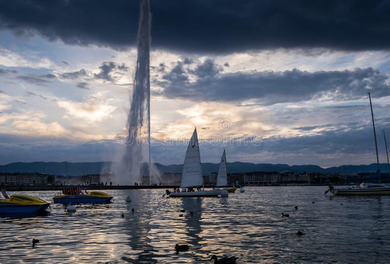 Vista de surpresa no por do sol no lago geneva switzerland imagens de stock