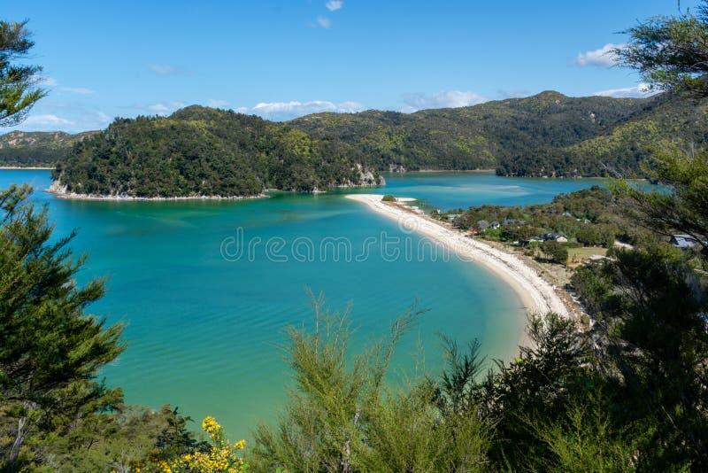 Vista de surpresa de uma Long Beach com água de turquesa em Abel Tasman National Park fotografia de stock royalty free
