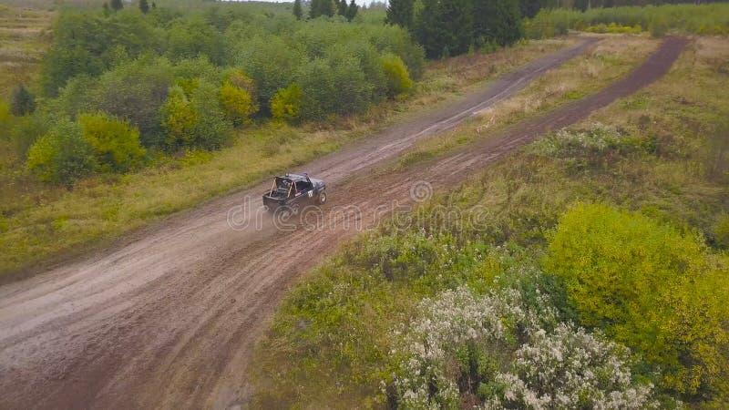 Vista de SUV que conduce en charco clip Vista superior de SUV que conduce en el charco del fango en las razas El competir con cam foto de archivo