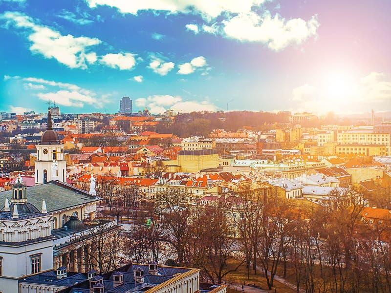 Vista de Tallinn, Estonia en la primavera temprana en día soleado imagen de archivo