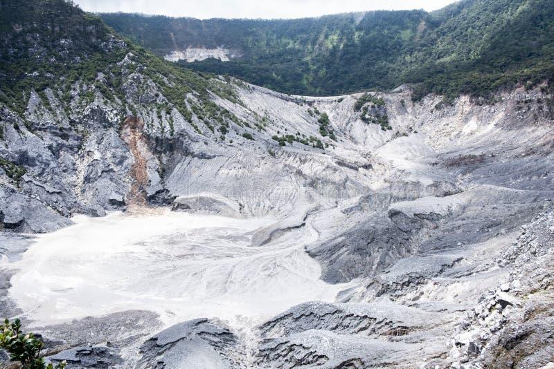 Vista de Tangkuban Perahu, um stratovolcano 30 quil?metros ao norte da cidade de Bandung, o capital de prov?ncia de Java ocidenta imagem de stock royalty free