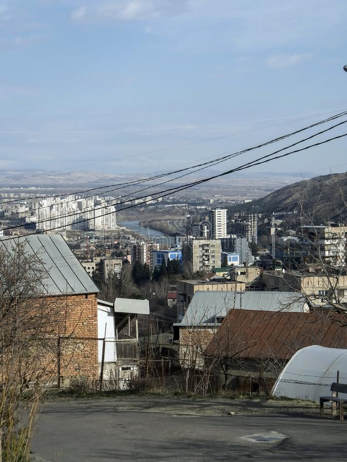Vista de Tbilisi do monte dos sub?rbios imagem de stock royalty free