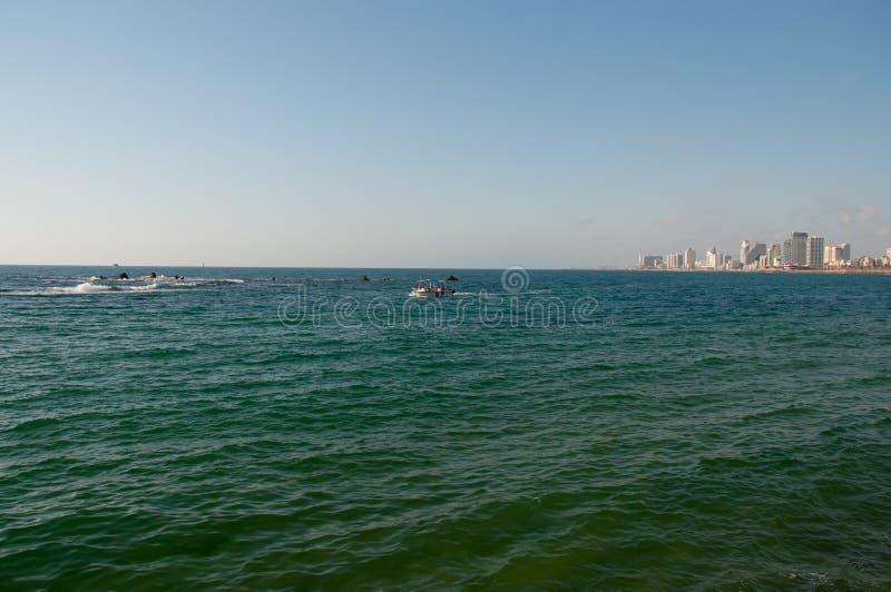 Vista de Tel Aviv moderno da cidade velha fotografia de stock