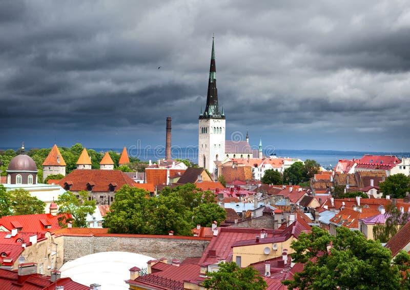 Vista de telhados da cidade velha em um thunder-storm Tallinn Estónia imagem de stock royalty free